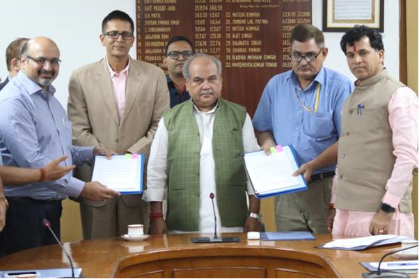 Shri Narendra Singh Tomar, Union Minister of Agriculture and Shri Kailash Choudhary, Minister of State with IBM officials-PIB