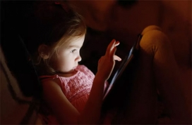 Bedtime Electronic Use Takes Toll on Kid's BMI